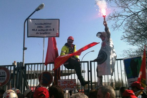Manifestation en 2012 devant les grilles du site ArcelorMittal de Florange (57).