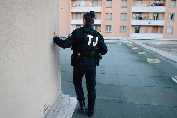 ILLUSTRATION d'un policier dans la cité Clos-la-Rose