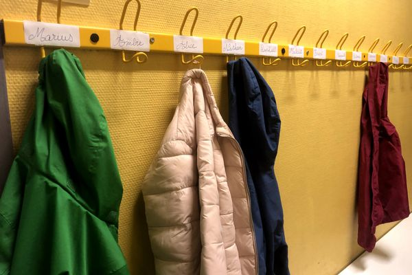 Porte-manteaux d'écoliers - Illustration