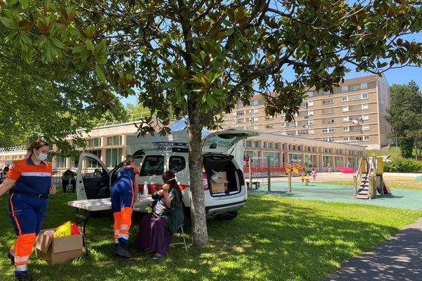 La vaccination contre le Covid au pied des immeubles du quartier de La Bastide à Limoges, le 20 juillet 2021