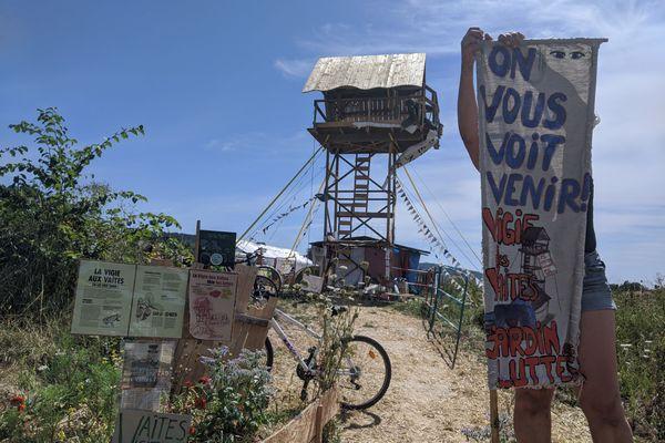 Une vigie a été installée aux Vaîtes, par des militants écologistes en juin 2017.