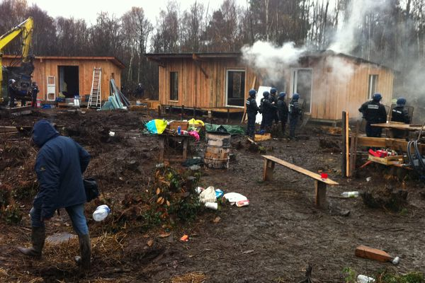 Autre vue d'une cabane avec un début d'incendie