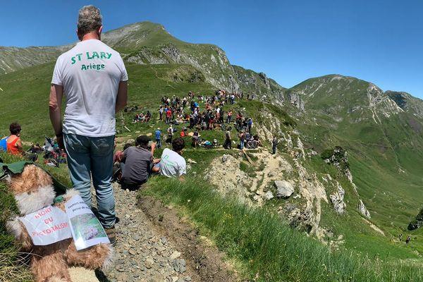 Une centaine de personnes est venue manifester son opposition à la réintroduction des ours dans les Pyrénées près de Saleix, en Ariège.