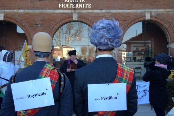 Le happening des vrais faux sénateurs apiculteurs devant la mairie de Tournefeuille, où le sénateur Claude Reynal est adjoint au maire