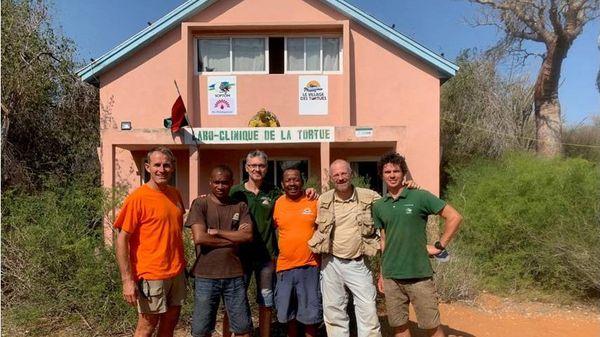 """L'équipe de la SOPTOM et du village des tortues de Manguily devant Le """"Labo-clinique de la tortue"""" de Madagascar."""