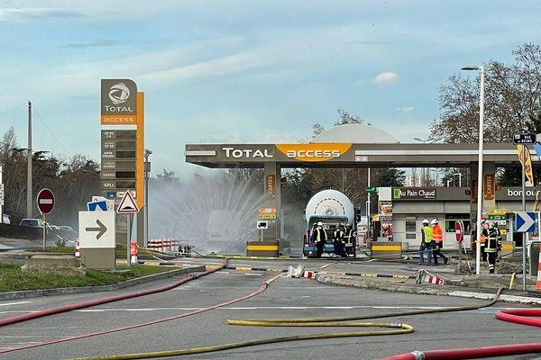 Lyon : Fuite de GPL dans une station service aux abords du périphérique Laurent Bonnevay, à Bron. 41 pompiers sur place et des lances à eau en action en prévention. (16/12/20)