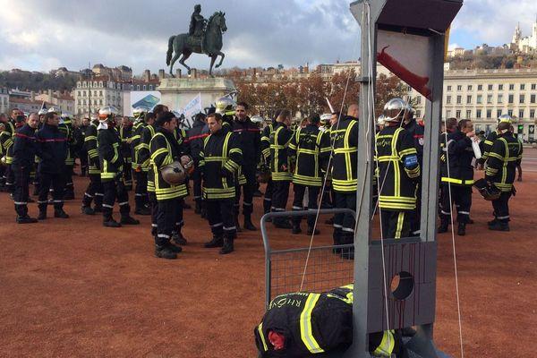 Ce midi, plus de 350 pompiers se sont rassemblés sur la place Bellecour à Lyon, après une manifestation pour dénoncer leurs conditions de travail.