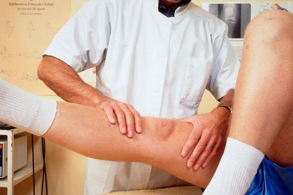 Un kinésithérapeute avec son patient.