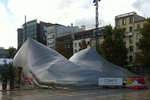 Pour Octobre rose, le mois du dépistage du cancer du sein, une manifestation est organisée place de Jaude à Clermont-Ferrand sous une tente aux formes suggestives...