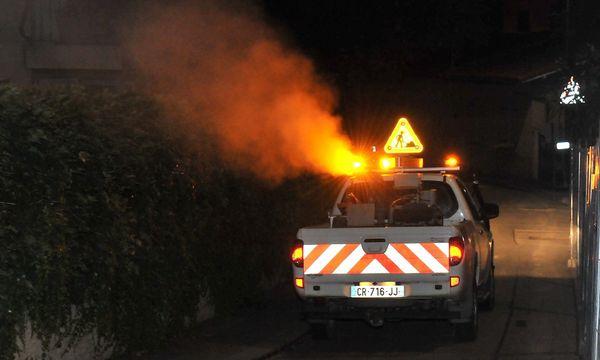 Les opérations de démoustication en zone urbaine se font de nuit, au moyen de pick-ups équipés d'un puissant pulvérisateur.