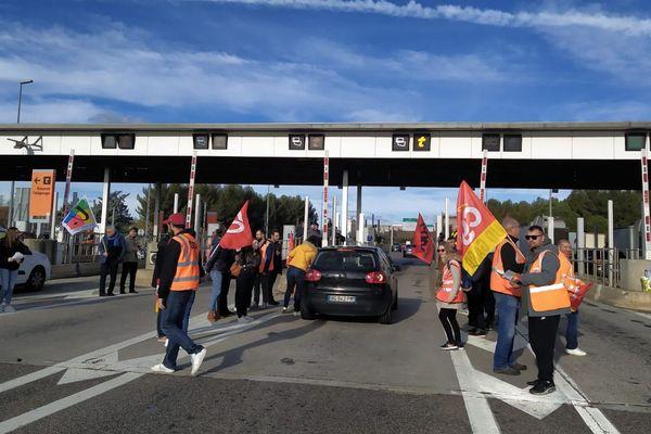 Nîmes - Les grévistes mobilisés ce samedi matin au péage de Nîmes Ouest - 04.01.20