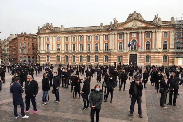 """Les professionnels de l'événementiel, la culture, les loisirs, l'hôtellerie/restauration, le sport et les commerces de proximité ont manifesté place du Capitole à Toulouse sous la forme d'une """"performance artistique""""."""