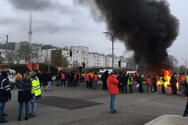 Le rassemblement devant le Stade Océane