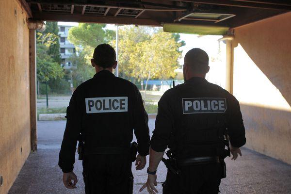 Deux policiers de la brigade spécialisée de terrain dans un quartier de reconquête républicaine à Montpellier, le 25 octobre 2018.