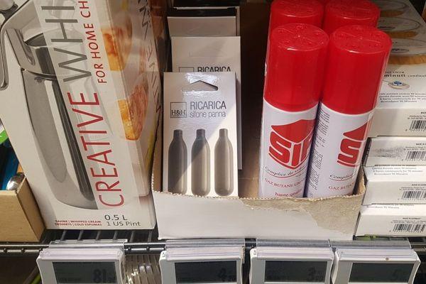 Les petites cartouches de protoxyde d'azote, vendues pour faire de la chantilly au siphon, dans un supermarché de Bordeaux.