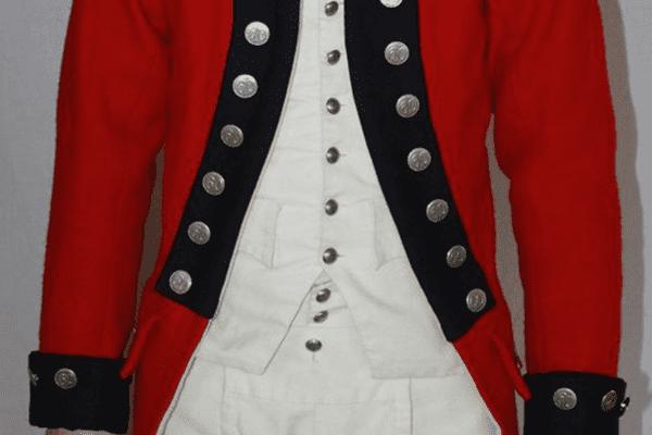 La « british red jacket » de drap rouge à parements bleus (col et manches) telle qu'elle était portée par les soldats anglais.