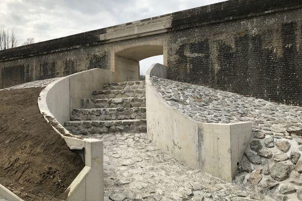 Le déversoir de l'évacuateur de crue du barrage de Chazilly.
