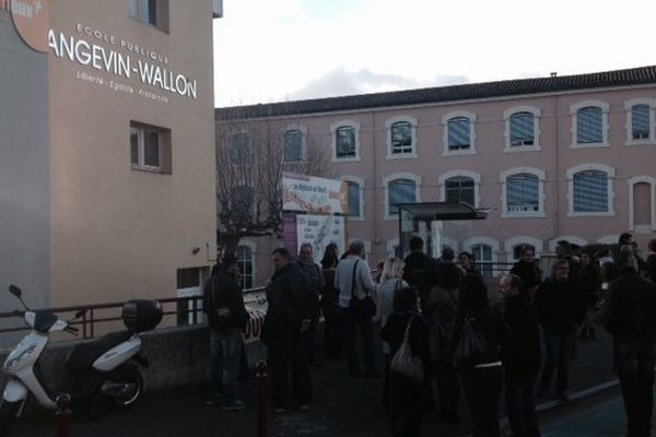 Enseignants et parents d'élèves devant l'école primaire de Bédarieux