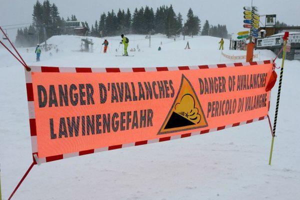 Un panneau d'alerte dans le domaine des Carroz d'Araches, en Haute-Savoie, en février 2016.