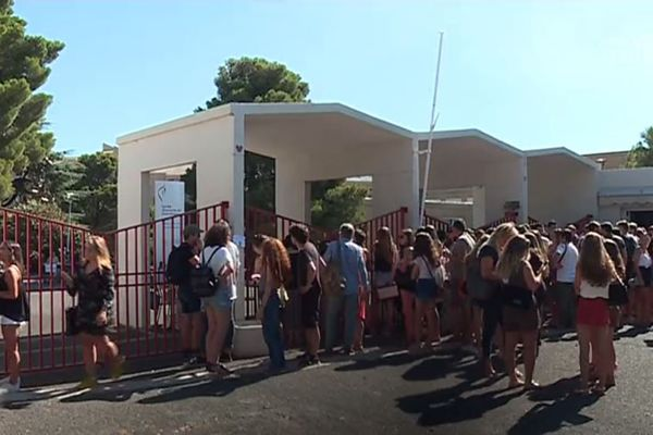 L'attente des résultats devant le lycée d'enseignement général et technologique Giocante de Casabianca, à Bastia.