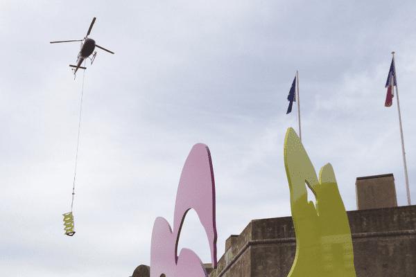 Les sculptures de Stefan Szczesny hélitreuillées vers la citadelle de Saint-Tropez