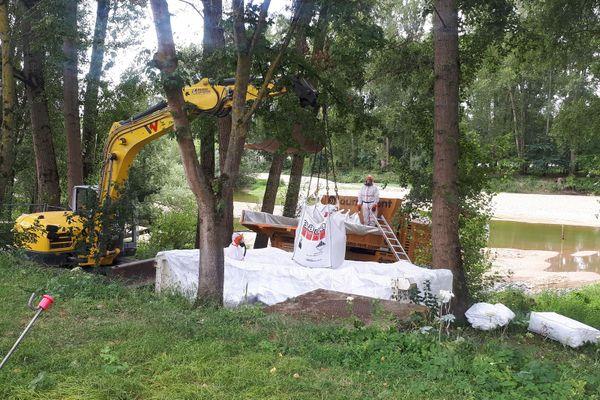 Près de 230 mètres cube de déchets amiantés sont en cours d'évacuation de l'île Aucard.