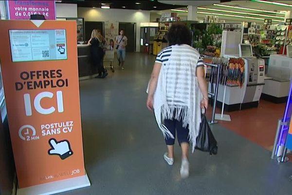 Une borne d'offre d'emplois intérimaires a été installée dans ce supermarché d'Antibes.