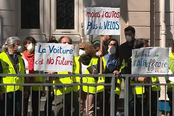 Les association Alternatiba 66 et Vélo enTêt dénoncent la pollution de l'air devant le collège Jean Macé à Perpignan le 4 avril 2018
