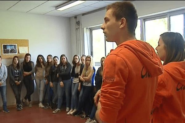 Les élèves du collège Charles de Gaulle de Guilherand-Granges avec les animateurs Uniscité