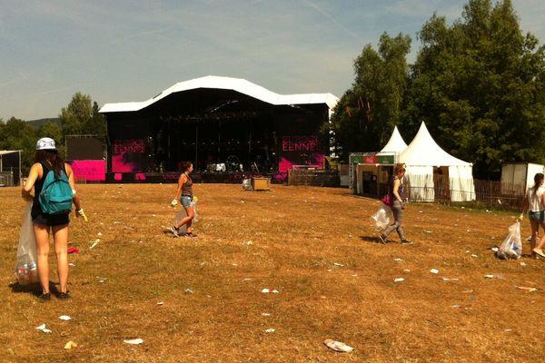 Les jeunes chargés de nettoyer chaque matin le site du festival