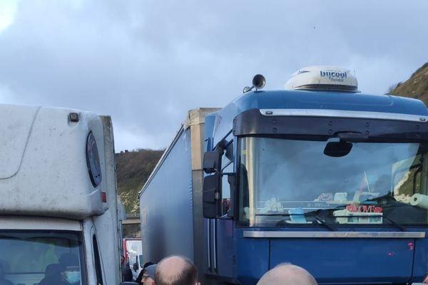Plusieurs milliers de chauffeurs restent bloqués au port de Douvres, en Angleterre, dans l'attente d''un test négatif au Covid-19 et à son variant.