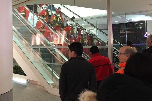 Des pompiers se sont rendus au Forum des Halles pour trouver l'origine de la fumée.