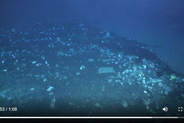 Des scientifiques ont retrouvé de larges quantités de plastique en Méditerranée à plus de 2000 mètres de profondeur.