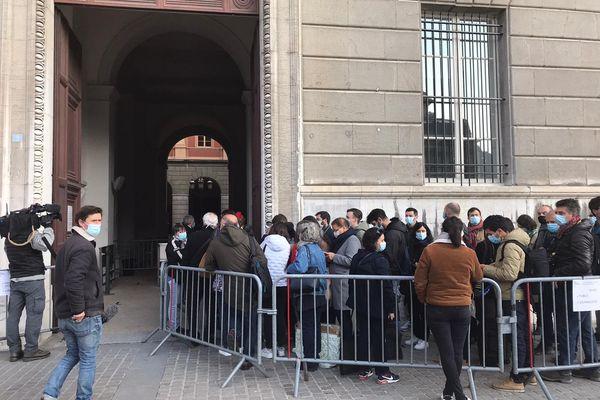 Dès 8h ce matin, le public et une foule de journalistes attendaient déjà devant les portes de la cour d'assises de la Savoie (Chambéry).