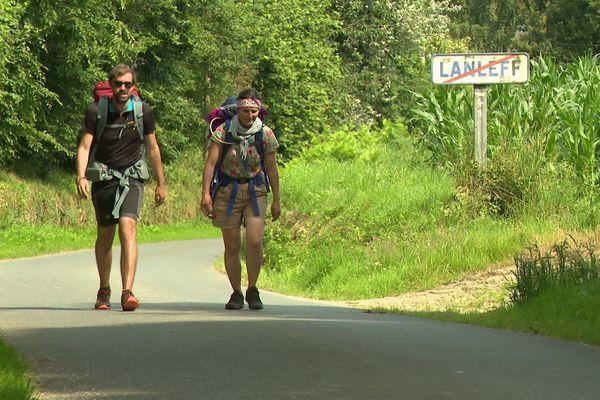 Laetitia et Théophile, sur l'un des chemins du Tro Breizh, entre St-Pol-de-Léon, qu'ils ont quitté voilà 12 jours, et Saint-Brieuc