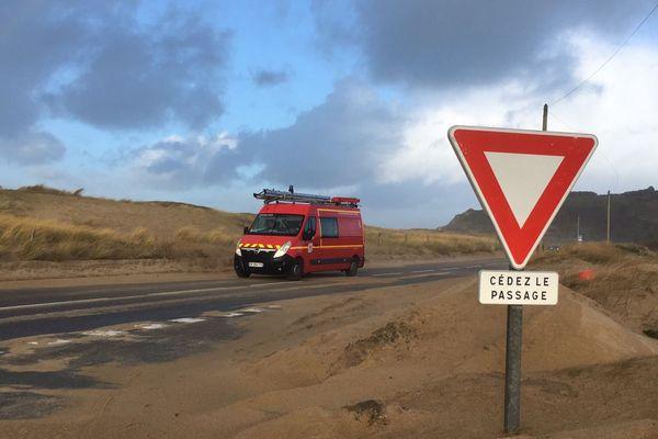 A proximité de l'anse du Guesclin (35), le sable a envahi la route