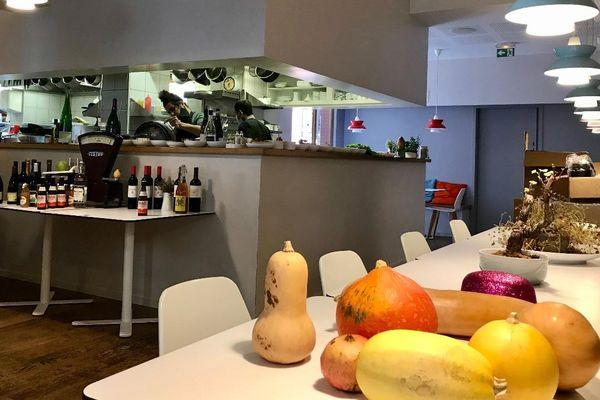 Derrière les fourneaux complètement ouverts sur la salle de restaurant, Hamid Miss cuisine ses plats fétiches.