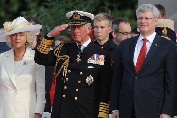 La duchesse de Cornouailles, le prince Charles et Stephen Harper, premier ministre canadien, ce vendredi à Courseulles-sur-Mer