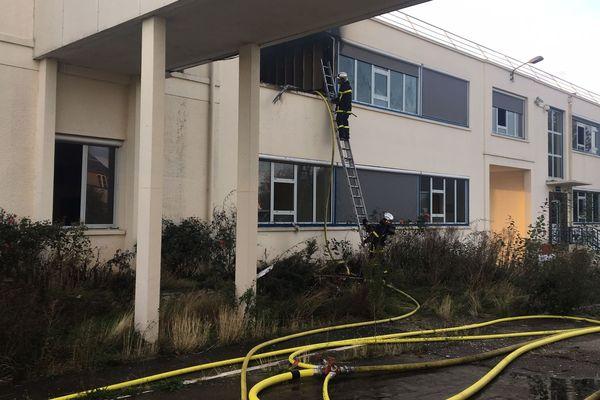 Des pompiers à l'oeuvre dans le bâtiment désaffecté d'Akzo Nobel à Saint-Pierre-lès-Elbeuf (Seine-Maritime).