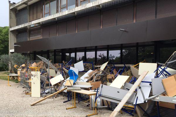 Montpellier - Chaises et tables bloquent l'accès des bâtiments de la fac Paul-Valéry - 23 avril 2018.