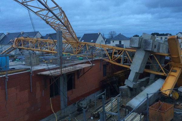 La grue de chantier est tombée sur la maison en construction à Bréal-sous-Montfort (35)
