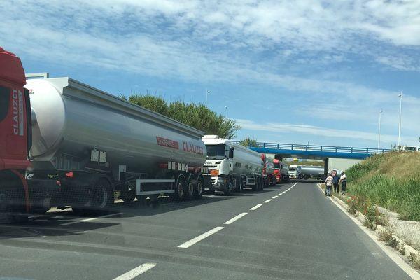 Bouchon de camions-citernes devant le dépôt de Frontignan le 24 mai 2016