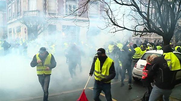 A Charleville-Mézières, les forces de l'ordre ont utilisé des gaz lacrymogènes pour disperser des gilets jaunes qui tentaient d'approcher le commissariat de police.