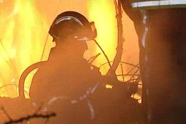 les pompiers luttent contre le feu