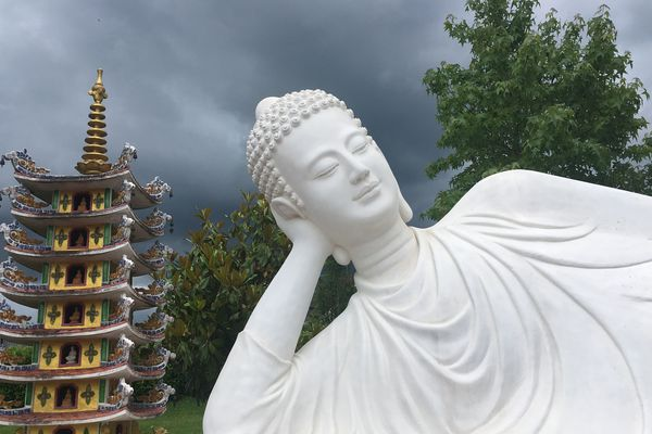 L'un des nombreux bouddhas de la pagode de Noyant-d'Allier (Allier).