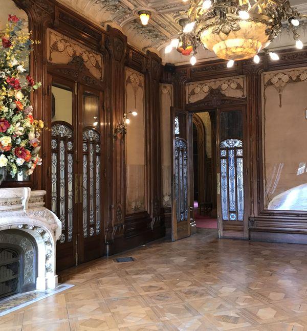Le Grand salon. Chaque pièce a un thème floral bien défini. Ici, hortensia, lierre, rose et œillet.