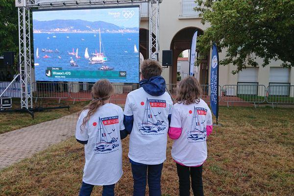 Les fans se sont retrouvés tôt le matin dans la fan zone des Sables-d'Olonne pour soutenir les skippeuses françaises
