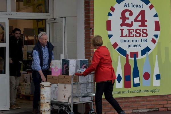 Des Britanniques effectuant des achats à Coquelles, près de Calais, en avril dernier.