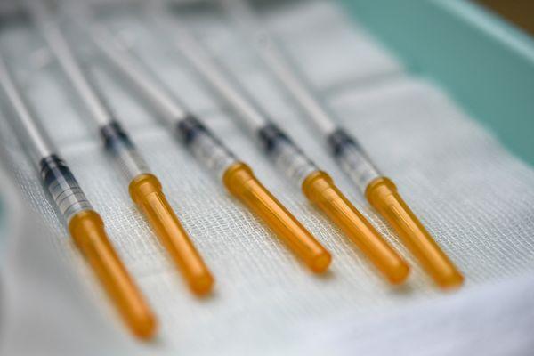 Photo d'illustration. Des doses de vaccin contre le coronavirus préparées dans un centre de vaccination.