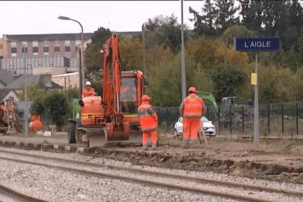 En plus des travaux de remise aux normes des voies, à l'Aigle les équipes de la SNCF rendent accessibles les quais aux personnes à mobilité réduite